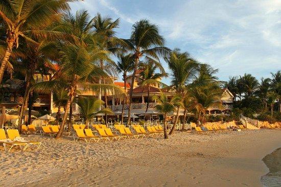 Coco Reef Tobago: Beach/Hotel in evening