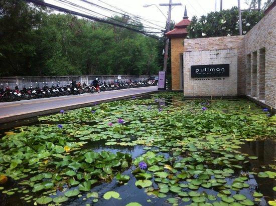 Pullman Pattaya Hotel G: вход в отель