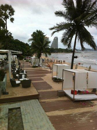 Pullman Pattaya Hotel G: пляж отеля