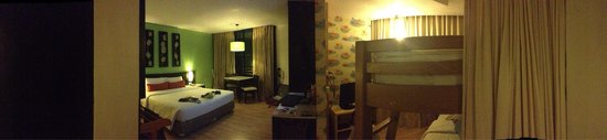 Deevana Plaza Phuket Patong : Nice family room, our room was facing street and hotel nearby