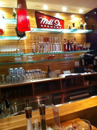 Steakhouse Ontario: Clean and well stocked bar.
