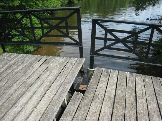 Stout's Island Lodge : Split bridge to nature trail