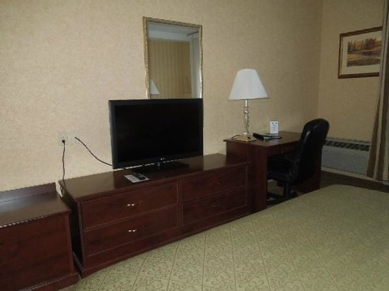 Quality Inn Valley Suites : Des, TV and Drawers