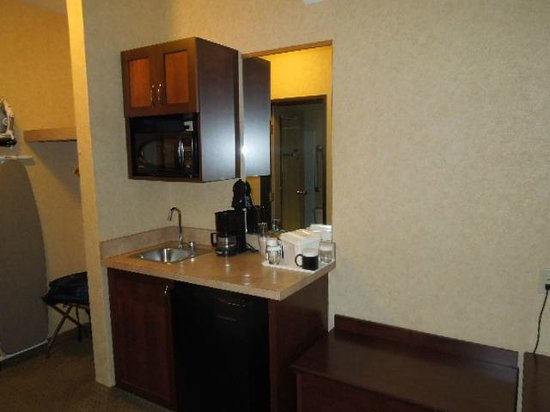 Quality Inn Valley Suites: Microwave, Fridge and second sink
