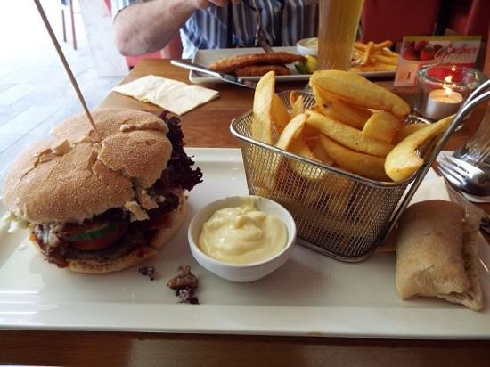ALEX Regensburg: Bacon burger and fries!
