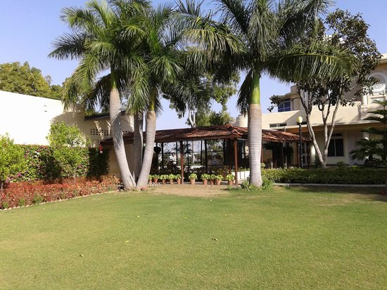 Shikarbadi Hotel: Lawns at Shikarbadi