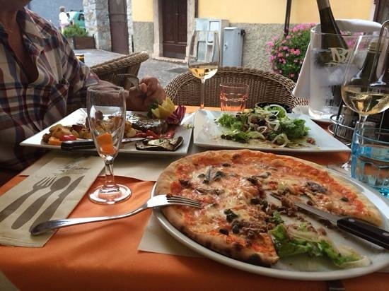 Ristorante Pizzeria Capri: pizza napoli, entrecot steak and salad