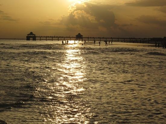 Mango Street Inn: Fort Myers Beach at sunset