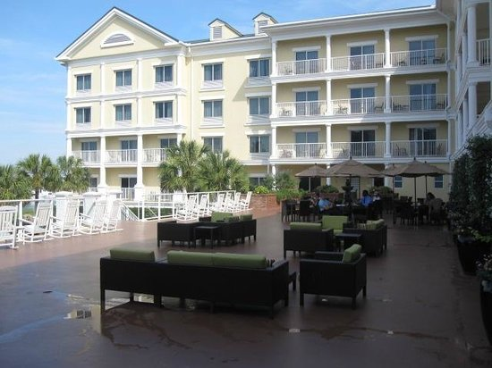 Courtyard Charleston Waterfront : Main Hotel Terrace