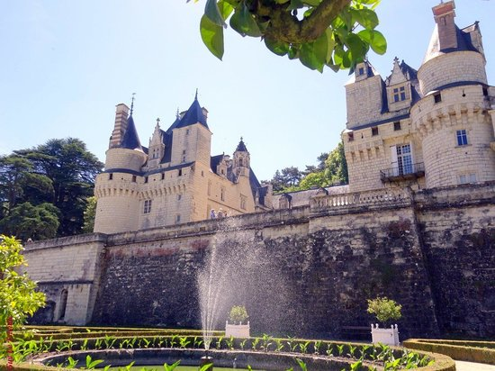 Château d'Ussé : La façade du château prise des jardins à la Française dessinés par Le Nôtre !