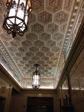Magnolia Hotel Dallas Downtown: Ceiling near elevators on ground floor