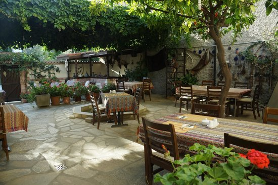 Tuncay Pension: The courtyard