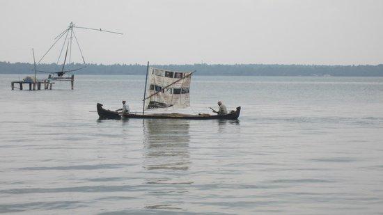 Club Mahindra Ashtamudi: canoe passing the lake