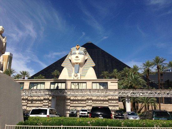 Luxor Hotel & Casino: Hotel Grounds