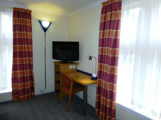 Holiday Inn Express London - Hammersmith: Escritorio y TV