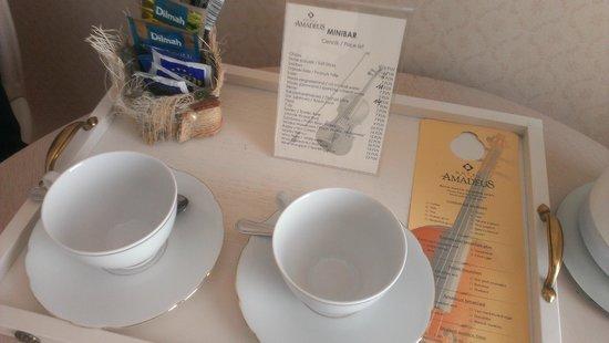 Hotel Amadeus : La habitacion tiene una mesita con juego de cafe, incluida cafetera.