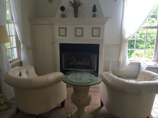 The Red Horse Inn: Fireplace/Sitting Area