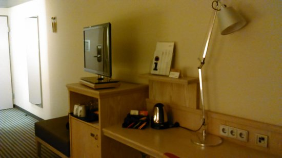 Mövenpick Hotel München Airport: Room 330 desk and TV