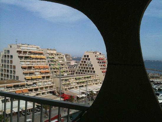 Mercure La Grande Motte Port : vue de l'hôtel typique de la grande motte
