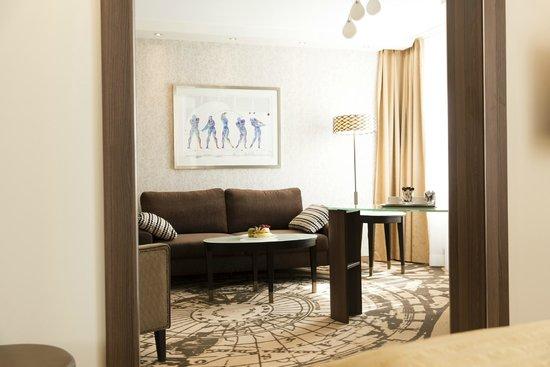 Land & Golf Hotel Stromberg: Juniorsuite Wohnraum