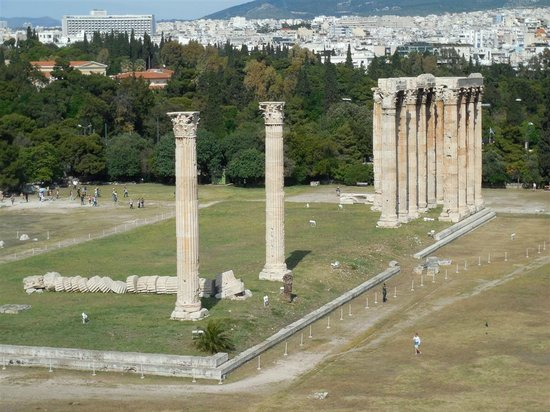 The Athens Gate Hotel: Temple of Zeus directly across the street!