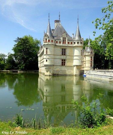 Château d'Azay-le-Rideau : Reflets du château dans ses douves..