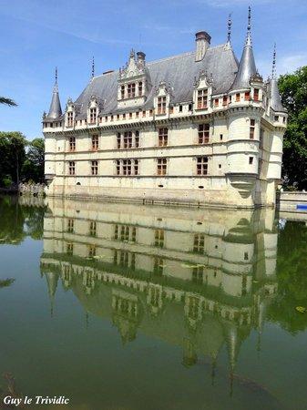 Château d'Azay-le-Rideau : Reflet du château dans l'eau dormante des douves