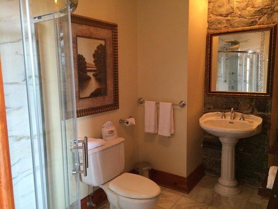 Auberge du Vieux-Port: Out bathroom room 301