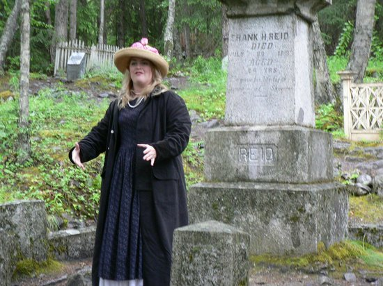 Skagway Street Car Tour: Story of gunfight between Soapy Smith and Frank Reid is told at the cemetery