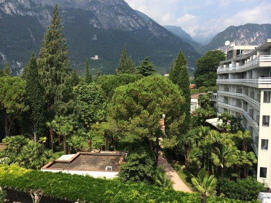 Du Lac et Du Parc Grand Resort: Park auf Rückseite Hauptgebäude