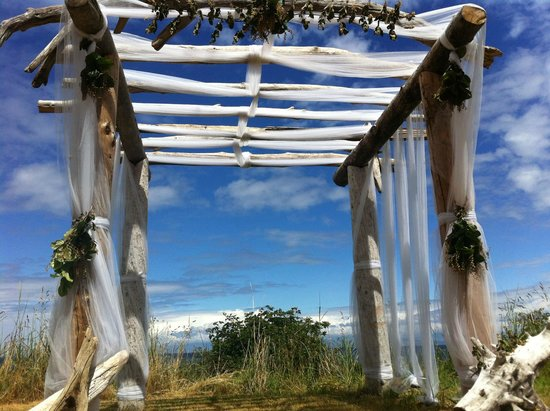 Sea Breeze Lodge: Arbor at lower grass wedding site