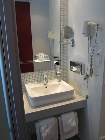Novum Select Hotel Berlin Gendarmenmarkt: Modern and efficient bathroom section