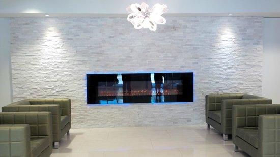 Crowne Plaza Kitchener-Waterloo : Lobby/Fireplace/Sitting Area