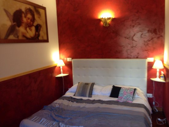 Casa Campo de' Fiori : Small but perfect room if you're gone all day... They have bigger rooms but we found this one to