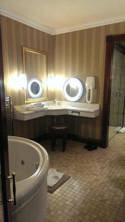 Harvey's Point: Bathroom