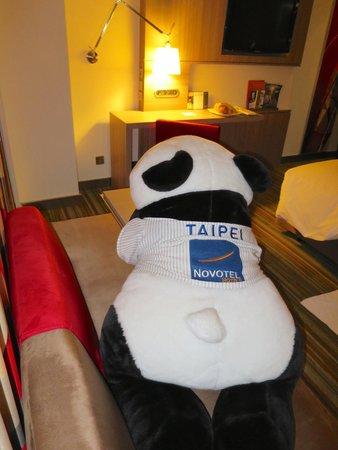 Hotel Novotel Taipei Taoyuan International Airport: Giant stuffed panda in executive room
