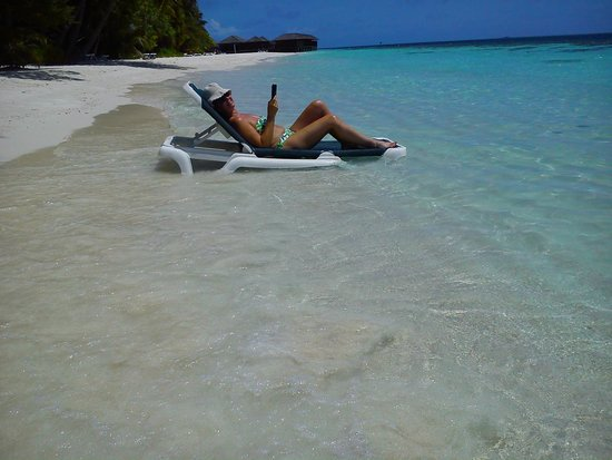 Vilamendhoo Island Resort & Spa : Me outside our room! Chilling!