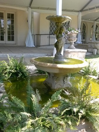 The Contemporary Austin - Laguna Gloria : Main house & fountain