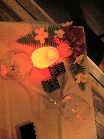Vilamendhoo Island Resort & Spa : Decorated Dinner table to celebrate our anniversary