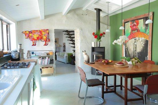 Face au Soleil : La cuisine, toute en lumière, où les petits déjeuners sont servis par Dorothée en hiver