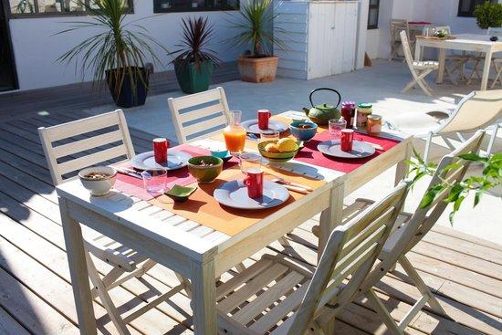 Le petit déjeuner sur la terrasse, face au soleil