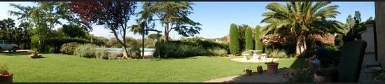 Chambres d'hôtes Mas Orfila : jardin et piscine en fond