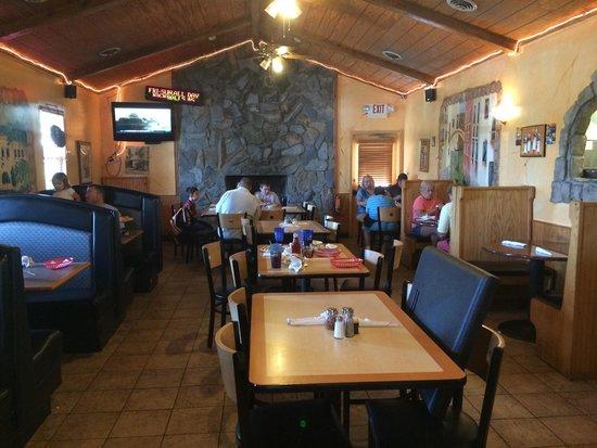 Giuseppe's Italian Restaurant: Dinning area by the bar