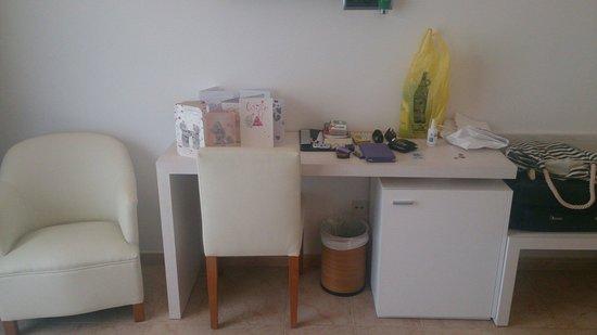 Hotel Apartamentos Princesa Playa : Room 244, desk and chairs