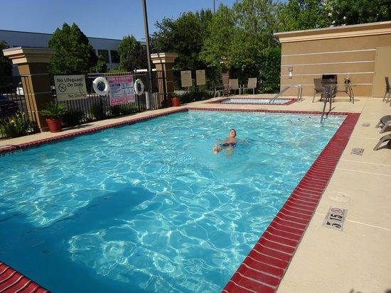Hampton Inn & Suites Fresno: zwembad