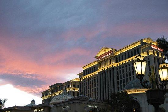 Caesars Palace: Hotel at sunset