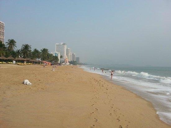 Mai Huy Hotel: Пляж недалеко от отеля