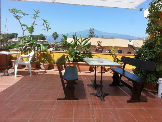 B&B il Pescatore: Breakfast area with mount Etna behind