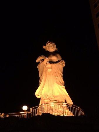 Swiss Grand Xiamen: Escultura na parte externa do hotel.