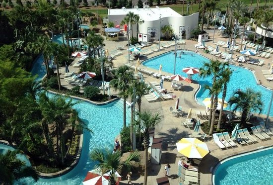 Universal's Cabana Bay Beach Resort : Another view of the pool - laze river on the left